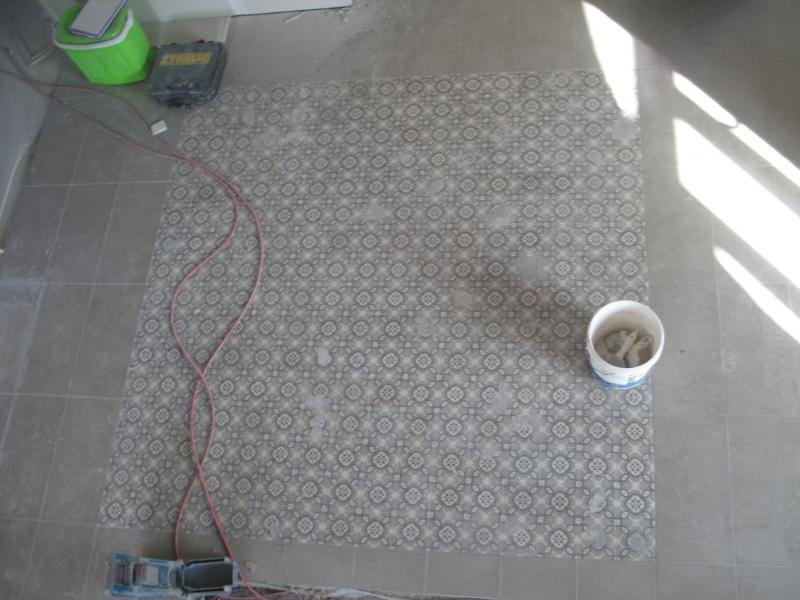 D pose et repose de carreaux ciment de carrelage lors de for Carrelage hall d entree